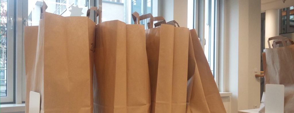Braune Papiertüten mit Medien zum Abholen