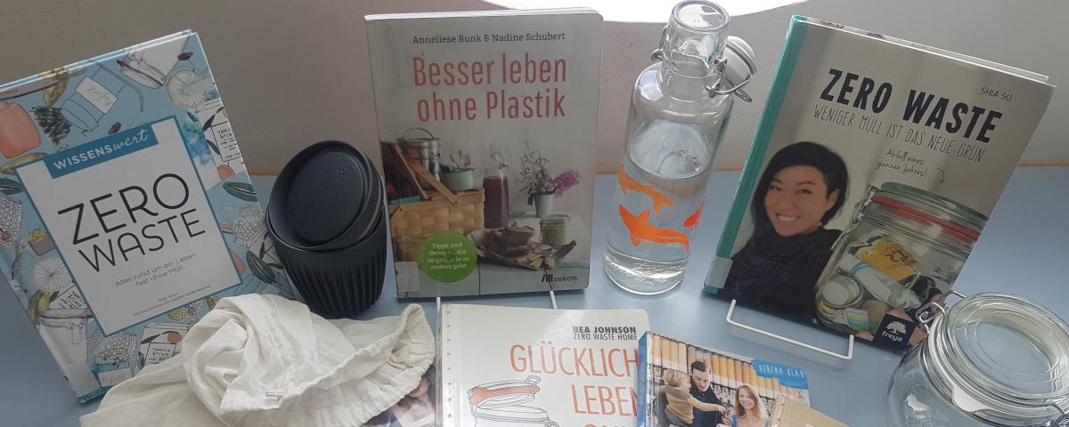 Bücher zum Thema Zero Waste, Plastikfrei mit Glastrinkflasche, Mehrwegbecher und Stoffbeutel